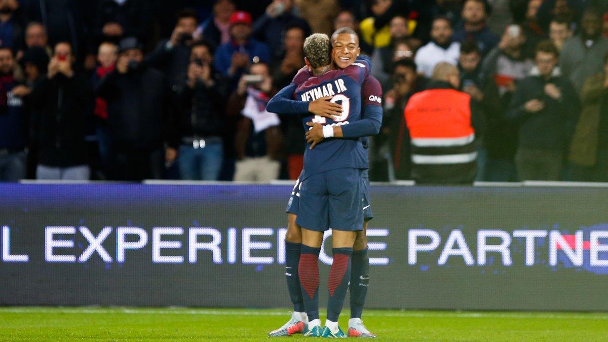 Neymar se console auprès de Lewis Hamilton — PSG